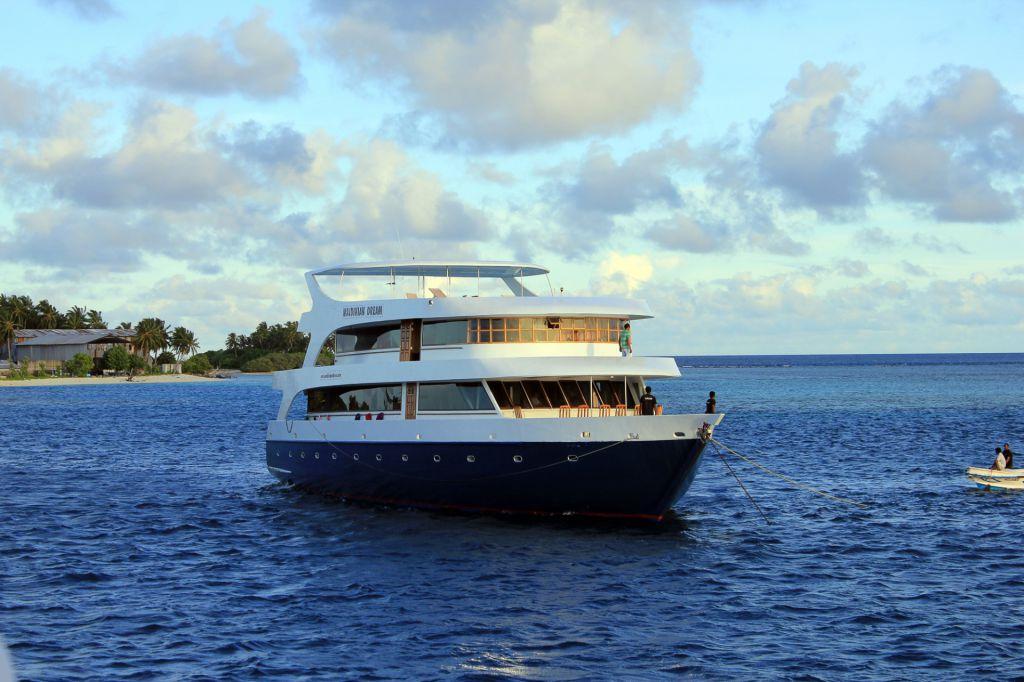 maldivian-yacht